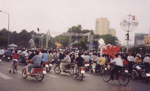 2003 : La foule devant le marché de Ben Thanh